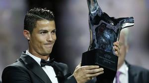 Cristiano Ronaldo, con el trofeo que lo acredita como mejor jugador europeo de la temporada.