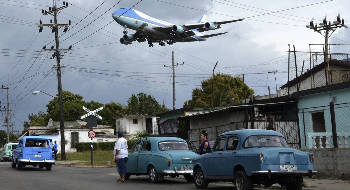El Air Force One sobrevolando las humildes casas de Cuba el 20 de marzo de 2016, ganadora en la categoría de Periodismo Gráfico.