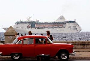 Un crucero con turistas que pasan frente al Malecon en La Habana,Cuba.