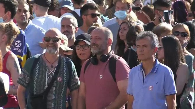 Unas 2.500 personas se han concentrado este domingo en la madrileña plaza de Colón en contra del uso obligatorio de mascarillas y de otras medidas implantadas por el Gobierno para hacer frente al coronavirus.