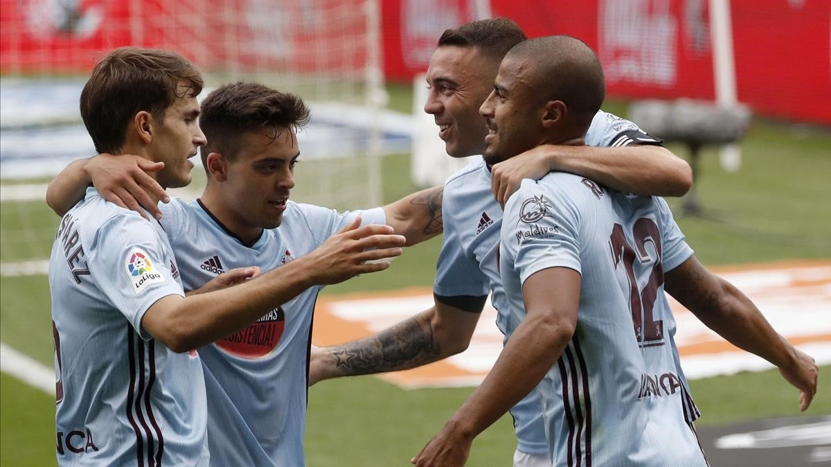 Denis Suárez, Fran Beltrán y Iago Aspas se abraza con Rafinha (derecha) tras uno de sus dos goles al Alavés en Balaídos.