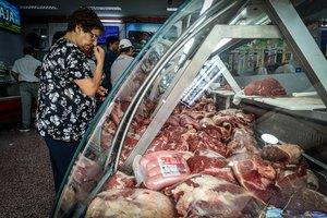 ACOMPAÑA CRÓNICA***AME1624. BUENOS AIRES (ARGENTINA), 13/01/2020.- Una mujer mira este lunes una vitrina de una carnicería en la ciudad de Buenos Aires (Argentina). El consumo de carne vacuna en Argentina, uno de los países con mayor tradición carnívora, ha caído al nivel más bajo en una década, consecuencia no solo del avance de los consumidores 'veggies', sino principalmente por la pérdida del poder adquisitivo por la crisis económica que vive el país desde 2018. El tradicional asado de los domingos se transformó en una versión más magra y económica, en el que la carne vacuna ya no tiene la exclusividad y comparte parrilla con el pollo y el cerdo y, por qué no, también con verduras asadas. EFE/Juan Ignacio Roncoroni