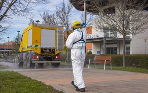 Trabajos de desinfección en los alrededores del Hospital de Igualada.