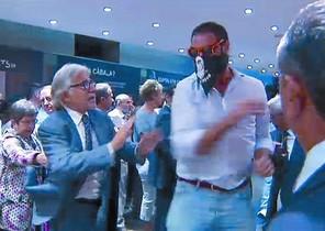 El diputat Josep Sánchez Lliure s'enfronta a un dels ultres que van irrompre a Blanquerna.