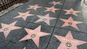 Pegatinas de la estrella de Donald Trump que han aparecido en el Paseo de la Fama de Hollywood.