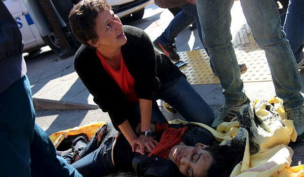 Alguns dels ferits per latac estirats a terra, al costat de restes de pancartes i banderes.