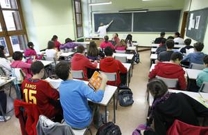 Un grupo de alumnos asisten a una clase, en un instituto de Madrid.