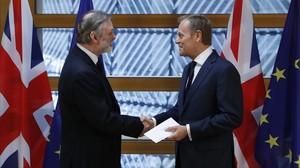 El embajador británico en la UE, Tim Barrow, entrega la carta de Theresa May al presidente del Consejo Europeo, DonaldTusk.