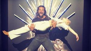 Emilia Clarke y Jason Momoa, en el Trono de Hierro de una fiesta en Irlanda.