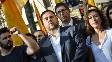 La entrega floral de ERC, liderada por Oriol Junqueras y Gabriel Rufián, puño en alto, ante el monumento de Rafael Casanova.