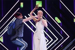 ¿Qui és l'espontani que va saltar a l'escenari a Eurovisió 2018 i què va dir?