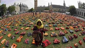 Exposición de 2.500 chalecos salvavidas usados en el Egeo ante el Parlamento de Londres.