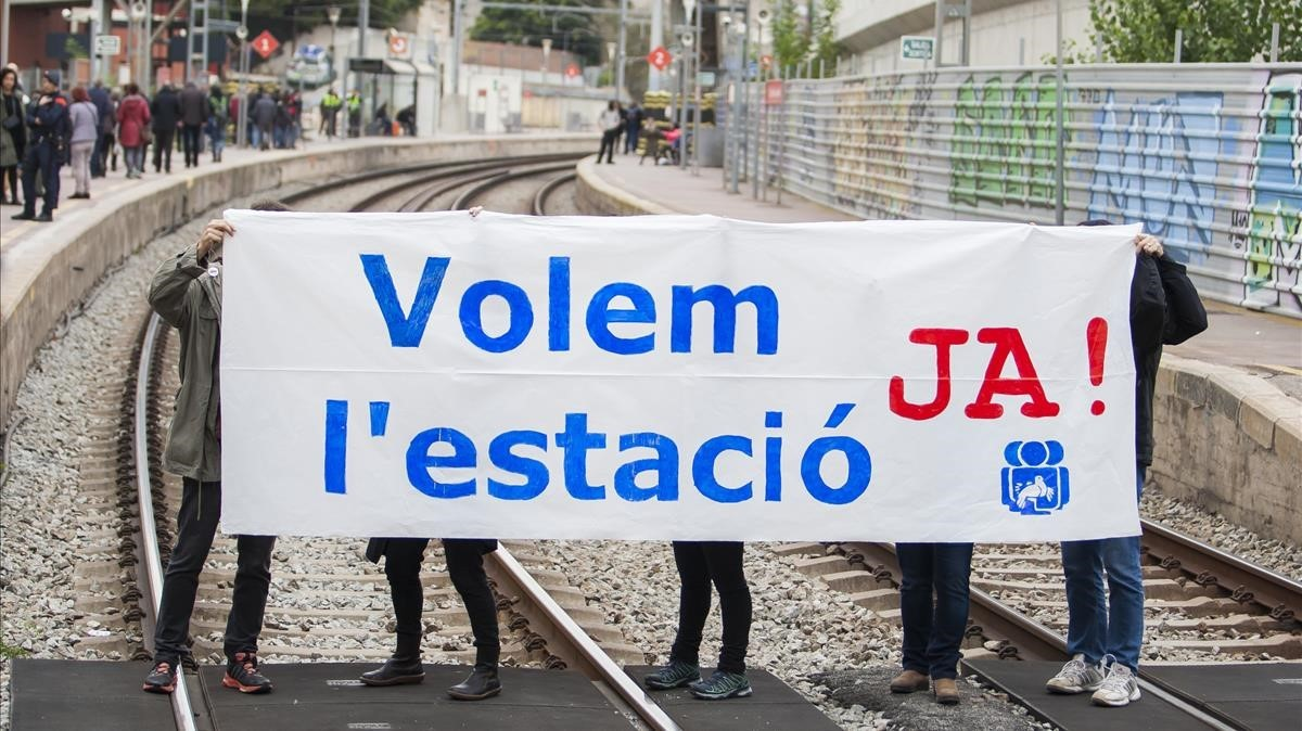 Acción para reivindicar la reforma de la estación de Sant Andreu Comtal.