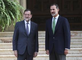 El rey Felipe VIy el presidente del Gobierno, Mariano Rajoy, posan para los medios en el Palacio de Marivent, este viernes.