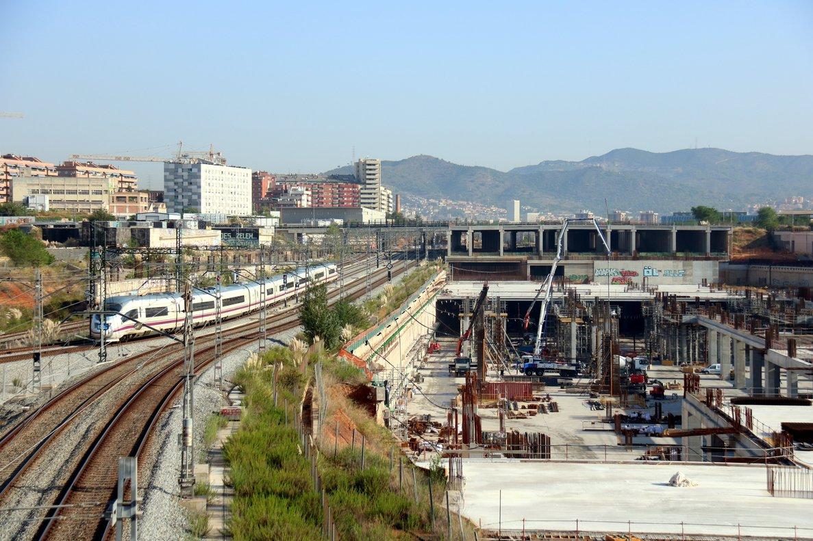 Un tren de alta velocidad pasa junto a las obras de la estación de La Sagrera.