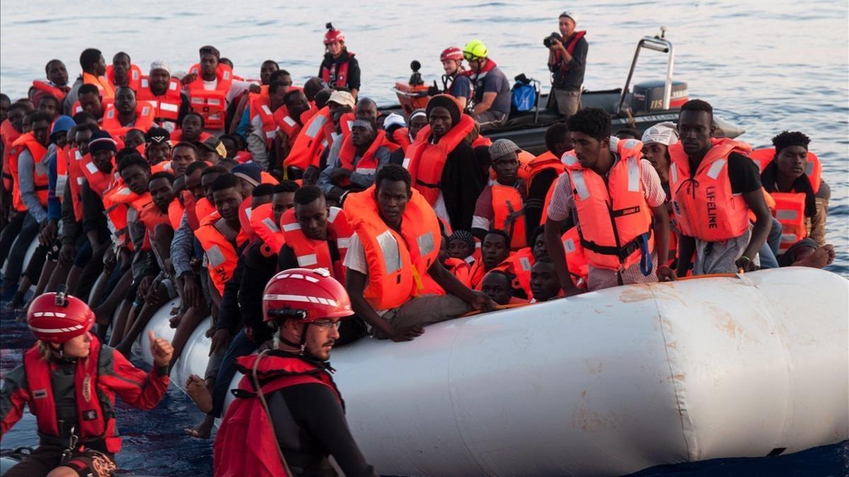 Inmigrantes rescatados en aguas internacionales del Mediterráneo a bordo del Lifeline, en junio del 2018.