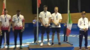 Los deportistas franceses, en el momento en que improvisan 'La Marsellesa'.