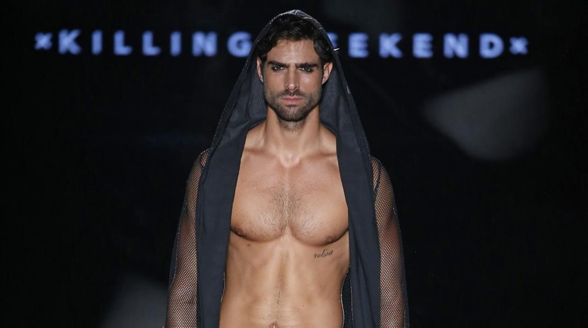 Un modelo luce un diseño de Killing Weekend.