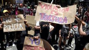 Un grupo de activistas participa en una protesta contra la policía después de que cuatro policías hayan sido acusados de violar a una menor el último fin de semana en el barrio de Azcapotzalco.