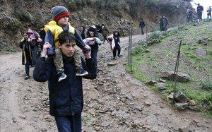 Un grupo de inmigrantes cerca del pueblo de Skala Sikaminias, en Lesbos.