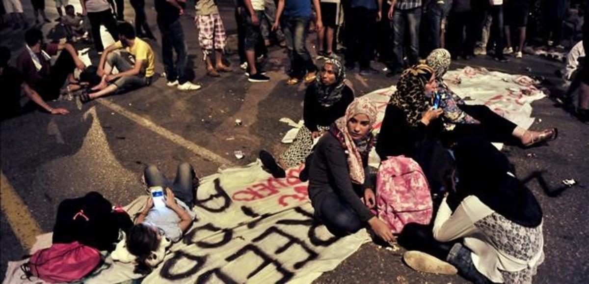 Un grupo de refugiados se concentra ante el consulado de Alemania en Salónica para pedir la apertura de fronteras y protestar contra las condiciones de vida en los campos de refugiados.
