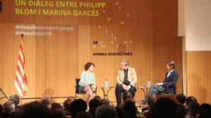 El historiador Philipp Blom y la filósofa Marina Garcés dialogan sobre los valores europeos en el Ateneu Bercelonès.