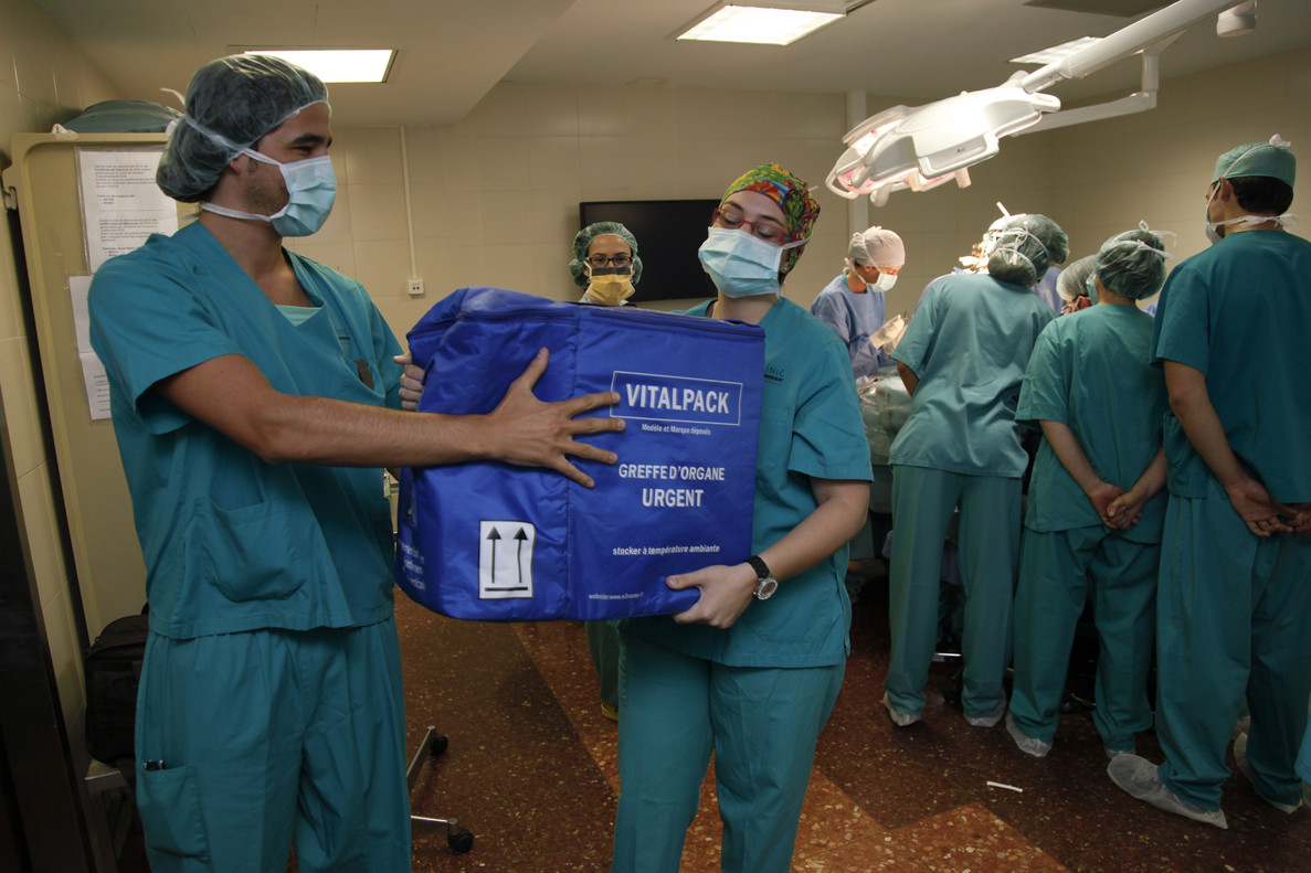 Trabajadores del Hospital Clínic de Barcelona con una caja para transportar órganos