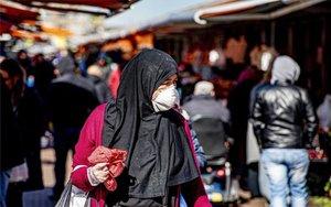 Una mujer con mascarilla por el coronavirus en Holanda.