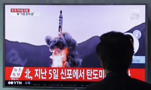 Un hombre mira en una televisión el lanzamiento de un misil en la costa este de Corea del Norte.