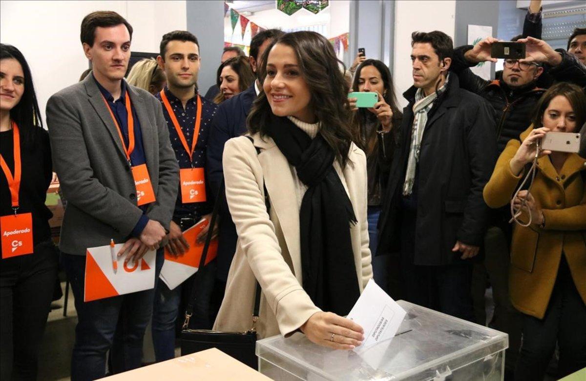 Inés Arrimadas vota en Barcelona.