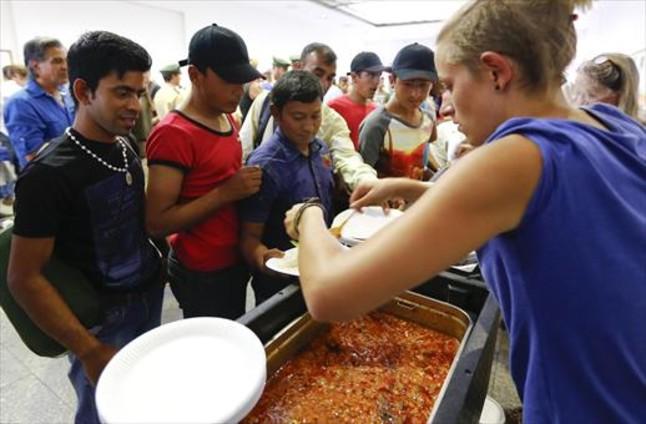 Voluntarios distribuyen comida en la estación de Múnich a refugiados procedentes de Budapest.