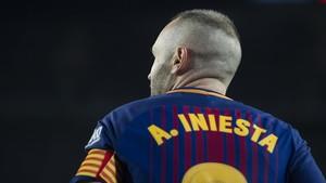Iniesta, en un derbi contra el Espanyol en el Camp Nou.