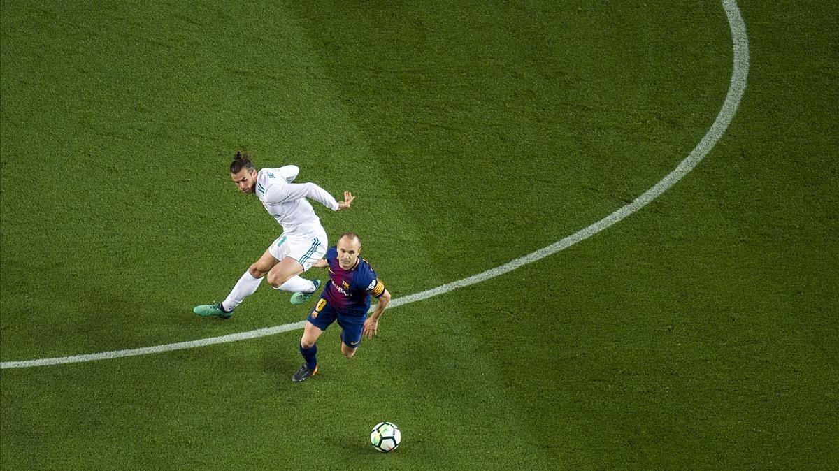 Iniesta supera a Bale en el clásico del 6 de mayo en el Camp Nou (2-2).