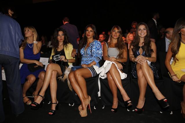 De izquierda a derecha, las mujeres de los jugadores del Barça Valdés (Yolanda Cardona), Xavi (Núria Cunillera), Cesc (Daniela Seeman), Messi (Antonella Rocuzzo) y Neymar (Bruna Marquezine), en el desfile de este martes.