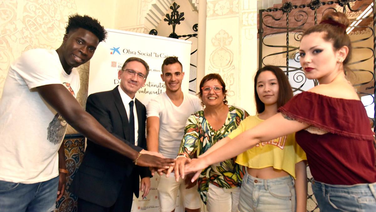 Jaume Giró y Dolors Bassa junto a algunos de los jóvenes becados.
