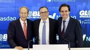 Javier López Madrid (derecha) con su suegro, el presidente del Grupo Villar Mir, Juan Miguel Villar Mir, y el presidente de Globe, Alan Kastebaum, durante un acto en Nueva York en el 2015.
