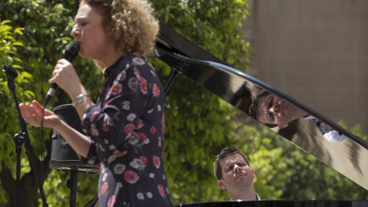 Actuación de Carme Canela y Marco Mezquida durante el homenaje a Manuel Vázquez Montalbán, este sábado.