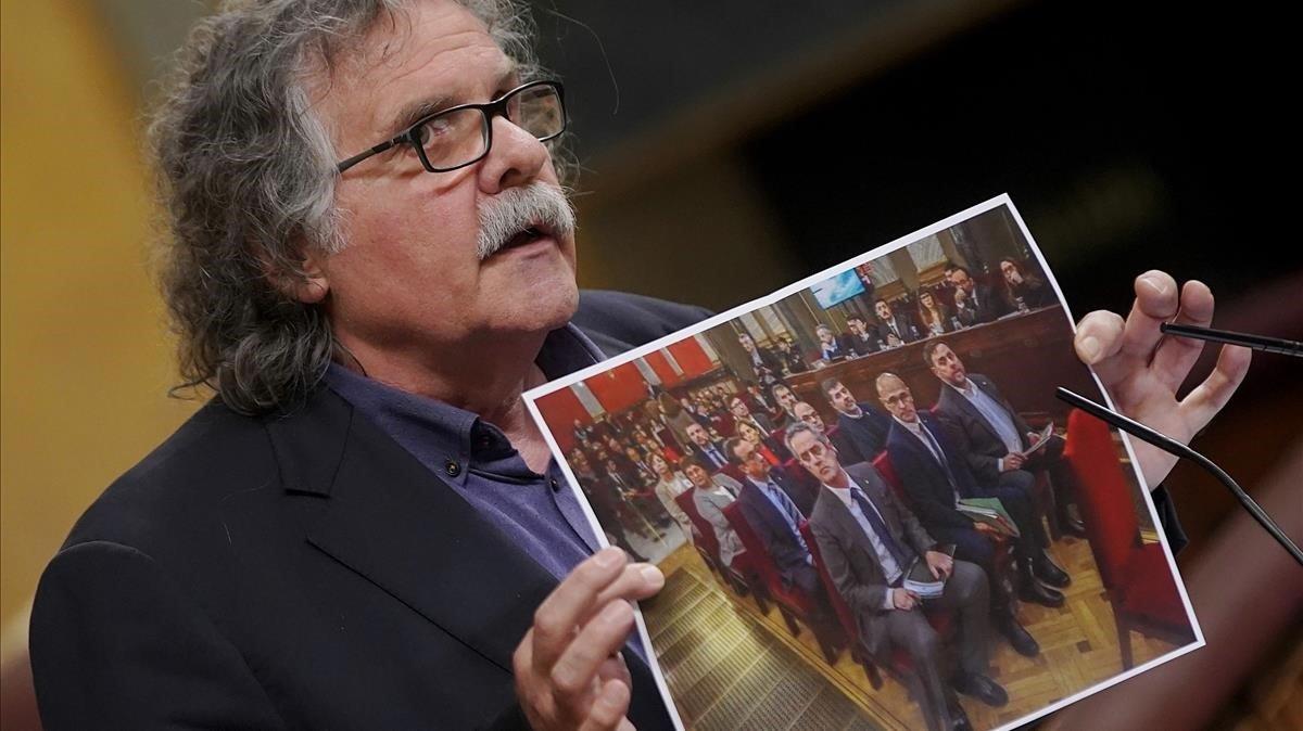 Congreso de los Diputados. Joan Tardà de ERC muestra una foto del juicio.