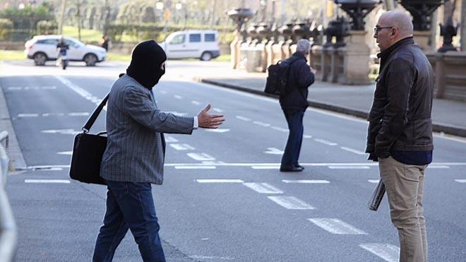 Joaquim Benítez tiende la mano a Manuel Barbero, que le niega el saludo, frente a la Audiencia de Barcelona.