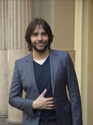 Joaquín Cortés, ayer, en la entrada delTeatro Tívoli donde estrenará 'Gitano'.