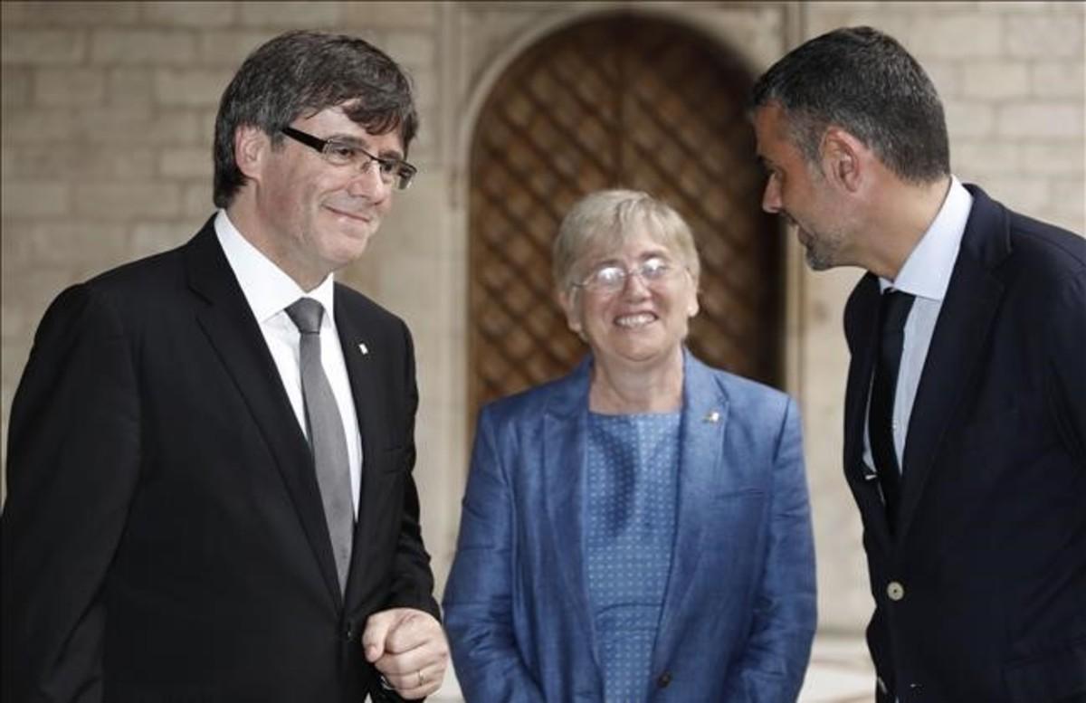 La consellera de Ensenyament, Clara Ponsatí, junto al president Carles Puigdemont y el conseller de Empresa i Coneixement,Santi Vila.