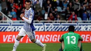 Juanmi celebra el quinto gol de la Real Sociedad al Girona en Anoeta.