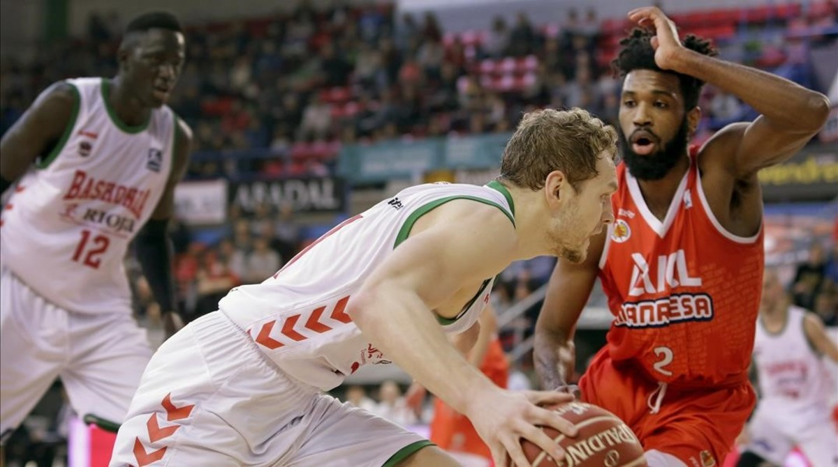 El jugador esloveno del Baskonia Jaka Blazic intenta avanzar ante el escolta estadounidense del ICL Manresa Scott Suggs.