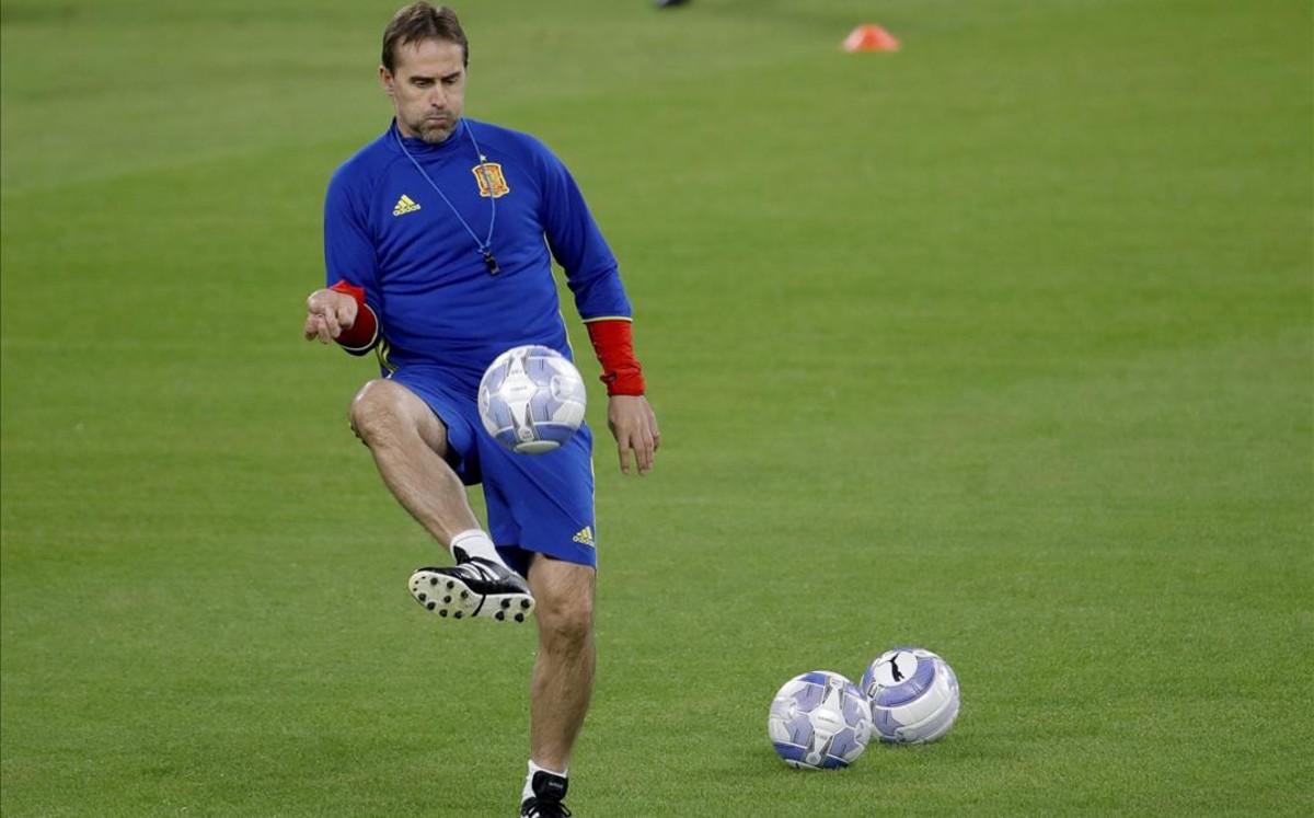 Julen Lopetegui da unos toques a un balón durante el entrenamiento de este miércoles en el Juventus Stadium.