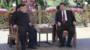 Kim Jong Un (izquierda) con Xi Jinping.