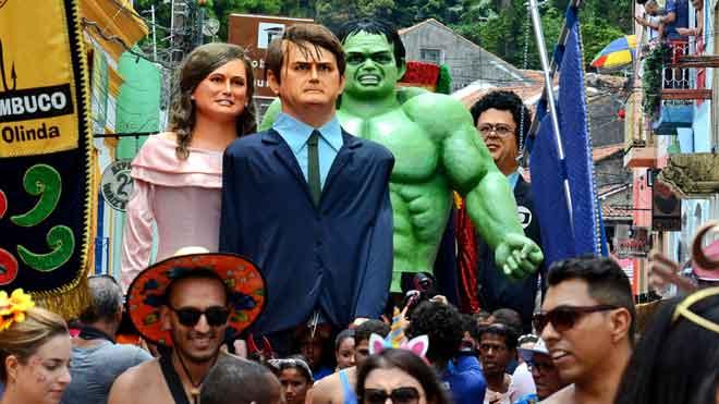 Las comparsas callejeras se manifiestan contra la crítica de Bolsonaro al carnaval en Brasil. En la foto, los muñecos de Jair Bolsonaro,Michelle Bolsonaro y el increíble Hulk, entre otros, bailan en el tradicional desfile de muñecos gigantes, en Olinda (Brasil).