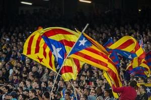 Esteladas durante un partido del Barça en el Camp Nou.