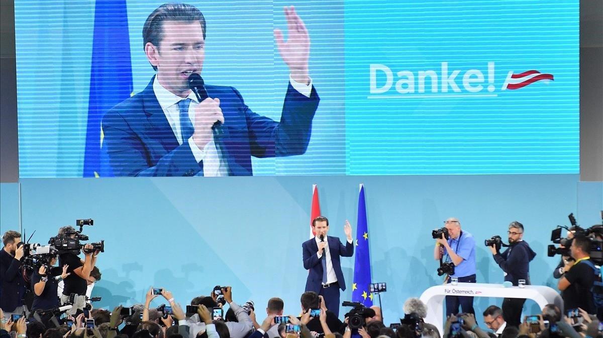 El líder del ÖVP, Sebastian Kurz, celebra la victoria en los comicios de este domingo.