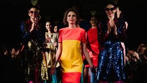 Ágata Ruiz de la Prada, rodeada por sus modelos,en un desfile en Nueva York