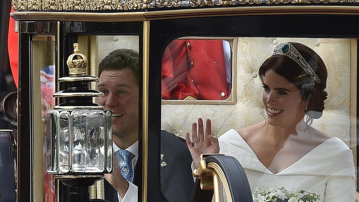 Los recién casados, en su paseo en carroza.